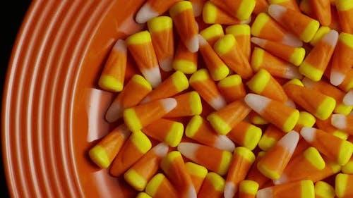 Rotierender Schuss von Halloween Süßigkeiten Mais