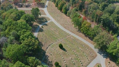 Luftdrohnenaufnahme fliegt über den Mt Feake Cemetery in Waltham Mass mit Herbstfarben