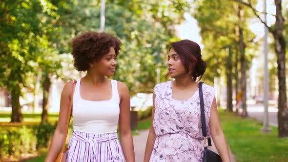 Thumbnail for Happy Women or Friends Walking entlang Sommerpark