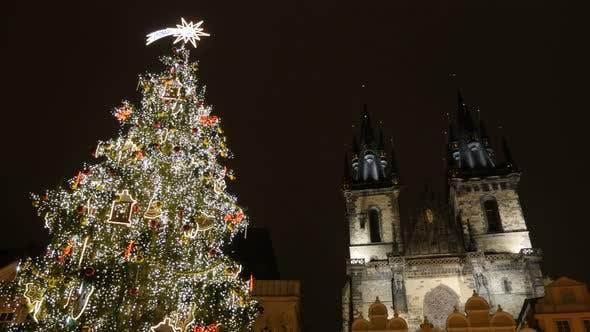 Thumbnail for Dekorierter Weihnachtsbaum und Kathedrale Unserer Lieben Frau in Tschechien Hauptstadt langsam neigen 3840X2160 UHD Filmmaterial