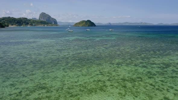 Thumbnail for El Nido, Palawan Insel, Philippinen - LuftDrohne Ansicht von Booten in der Bucht verankert mit klaren