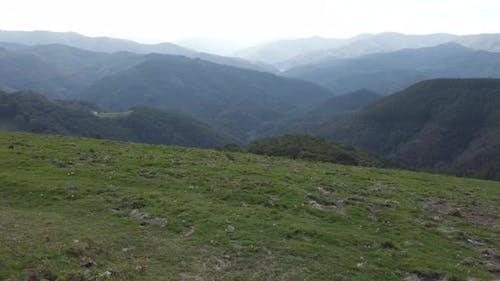 Grüner Berg stabilisiert Schuss. Baskenland, Spanien