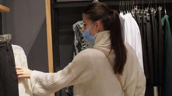 Professional Shopper Chooses Size of Black Denim Jeans