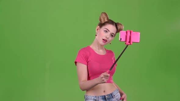 Thumbnail for Mädchen tun Selfie auf Selfie Stick