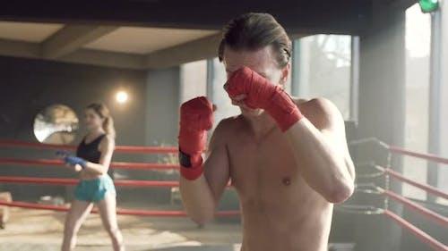 Männlicher Boxer steht im Boxring