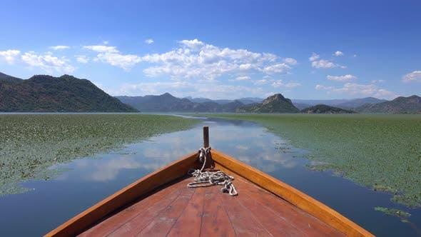 Bootfahren auf dem berühmten See Skadar in Montenegro