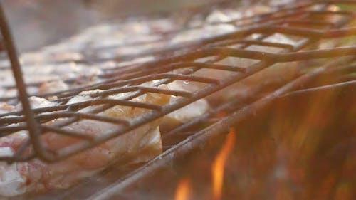 Appetitliche Barbecue auf dem Scheiterhaufen