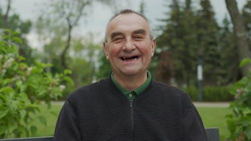 Ein Mann mit schlechten Zähnen.Ein Mann mit einem hässlichen Lächeln. Ein Mann zeigt seine faulen Zähne, Parodontal