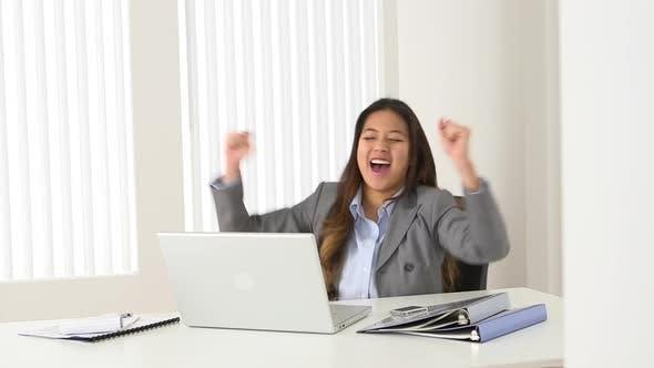 Thumbnail for Aufgeregt asiatische Geschäftsfrau