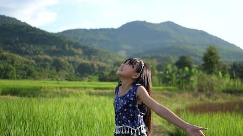 Asiatisches kleines Mädchen Genießen