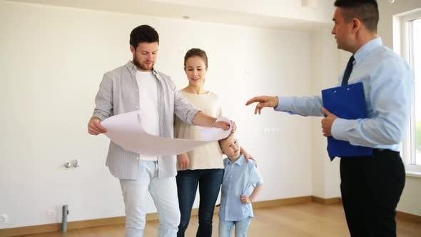 Thumbnail for Glückliche Familie und Makler im neuen Haus oder Wohnung