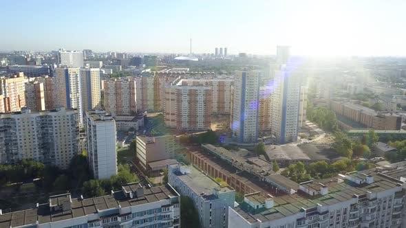 Thumbnail for Neue Wohngebäude im Zentrum von Moskau unter der hellen blendenden Sonne in der Frühjahrssaison