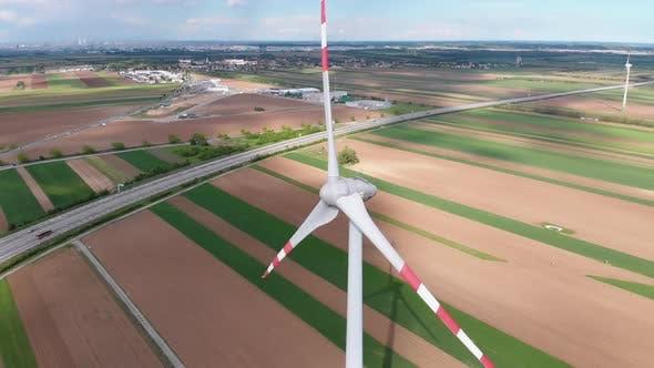 Thumbnail for Luftaufnahme von Windkraftanlagen Farm und landwirtschaftlichen Feldern. Österreich