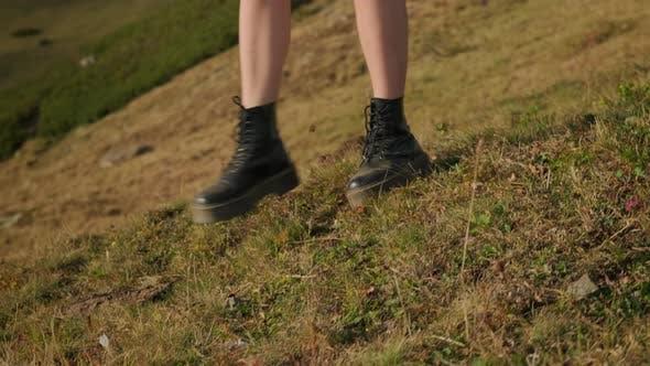 Турист девушка делает свой путь вниз по холму