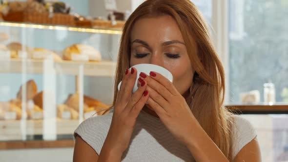 Thumbnail for Glückliche Ingwer Behaarte Frau Lächeln fröhlich, Trinken Köstlichen Kaffee