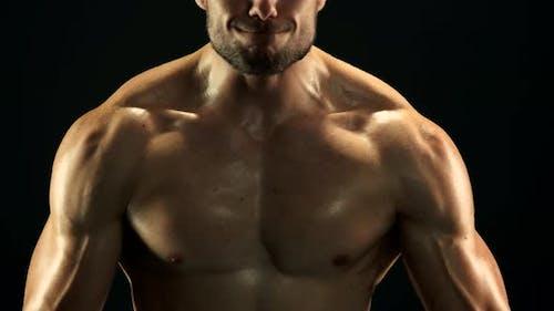 Nahaufnahme Sexy Muskulöser Mann ist Training