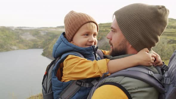 Père et petit garçon en randonnée