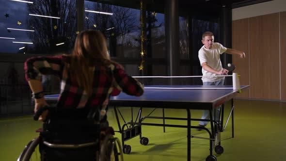 Erwachsene Menschen mit Behinderung Tischtennis spielen