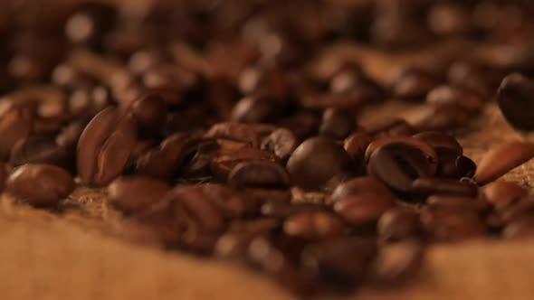 Thumbnail for fallende braune kaffee bohnen auf entlassen, close up