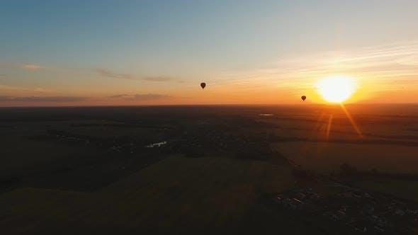 Thumbnail for Heißluftballon am Himmel über einem Feld.