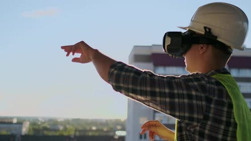 Builder Working with VR Glasses