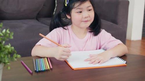 Asien japanische Frau Kind Kind entspannen sich Ruhe Spaß glücklich Zeichnen Cartoon im Skizzenbuch auf dem Sofa liegend.
