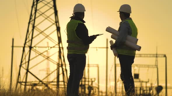 Silhouette der Ingenieure betrachtet den Bau von Hochspannungskraft