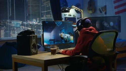 Junge spielen mit einem Video spiel