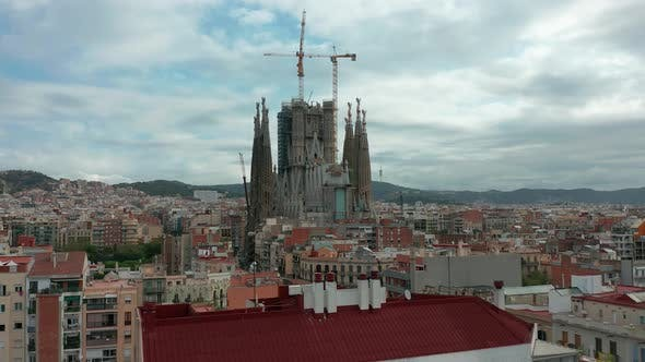 Thumbnail for Sagrada Familia Kathedrale und Barcelona City Luftbild in Spanien
