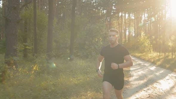 Thumbnail for Junge Athletic Mann Laufen auf der Natur während Sommer Sonnenuntergang