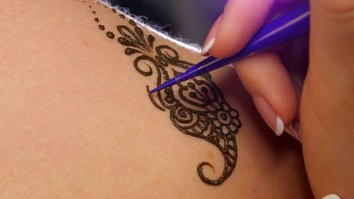 Accurate Process of Applying Mehendi on the Female Back