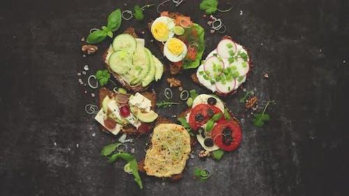 Gesunde vegane Sandwiches aus hausgemachtem Buchweizenbrot mit verschiedenen Belägen