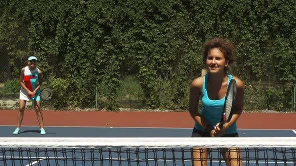 Thumbnail for Zwei Mädchen spielen Tennis im Paar