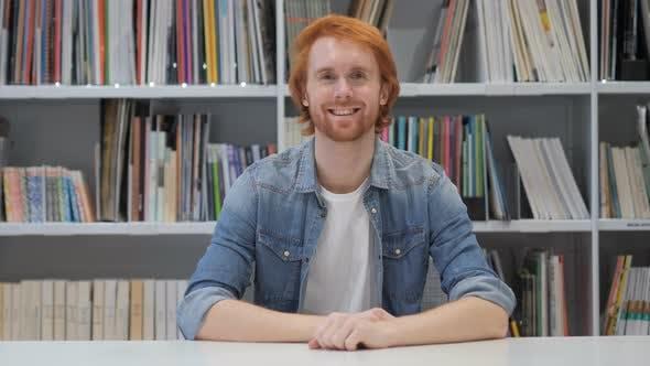 Thumbnail for Porträt von lächelnden Mann mit roten Haaren