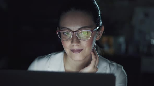 Cover Image for Business Woman Working in the Office Late in the Evening