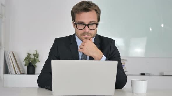 Thumbnail for Geschäftsmann Denken und Arbeiten am Laptop