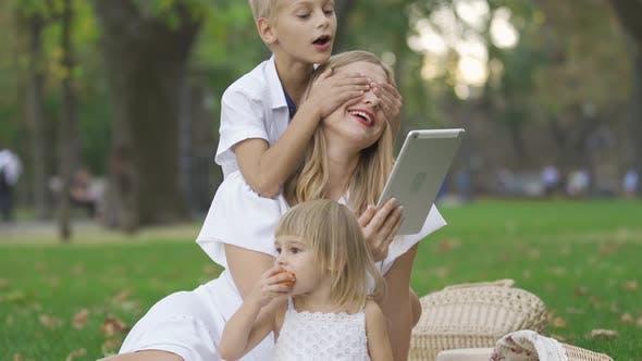 Cover Image for Porträt der fröhlichen kaukasischen Familie verbringen Zeit im Park