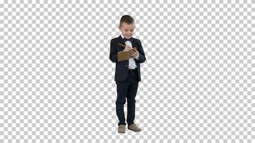 Junge in einer formellen Kleidung Schreiben in Checkliste oder Notizbuch Alpha