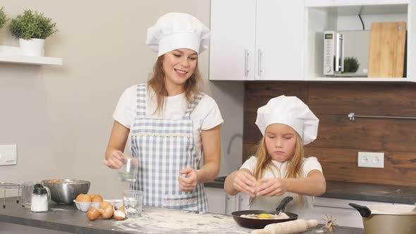 Genießen Sie Backen Kochzeit mit Mutter in der Küche