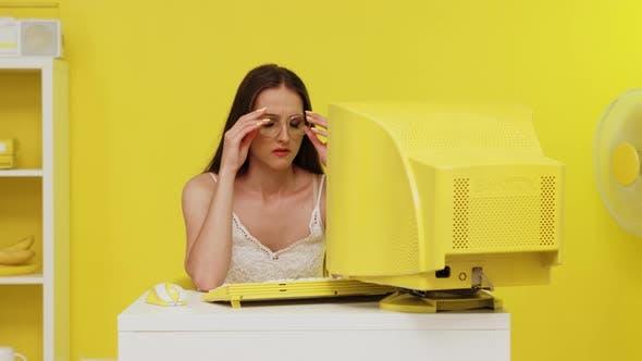 Frau leidet unter Computeraugenbelastung