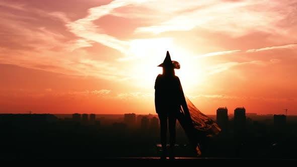 Thumbnail for Mädchen stehend in einer Hexe Kostüm Halloween Outdoor Konzept