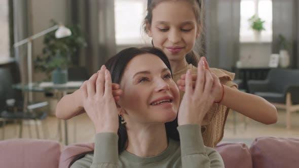 Lächelnde Kind Tochter Schließen Mama Augen