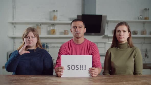 Thumbnail for Gehörlose Menschen, die Hilfe auf Gebärdensprache im Innenbereich signieren