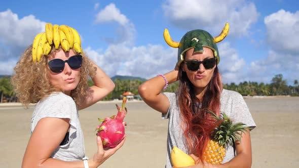 Две забавные мультирасовые девушки друзья веселятся на летнем пляже