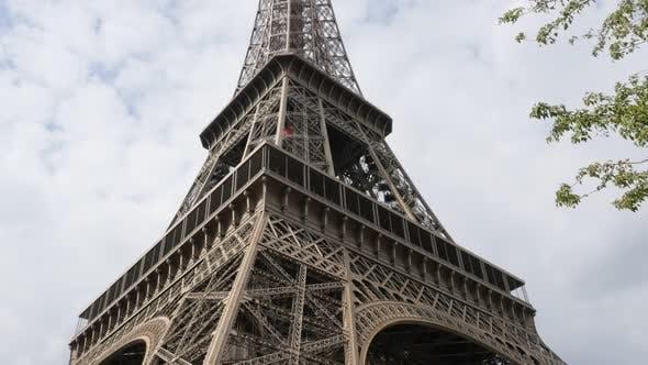 Thumbnail for Französisches Architektursymbol Eiffelturm neigbar durch den Tag 4K 2160p 30fps UltraHD Filmmaterial - The Ei