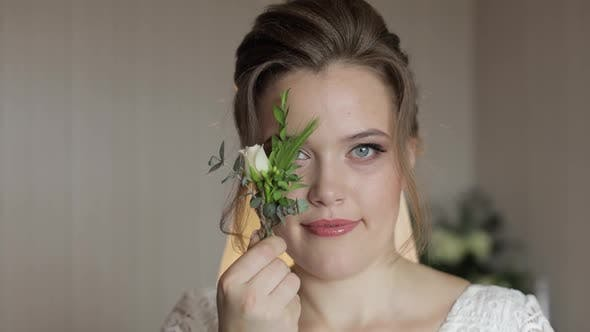 Thumbnail for Schöne, schöne Braut in Hochzeits-Luxus-Kleid und Schleier. Hochzeitsstrauß in Händen für Bräutigam