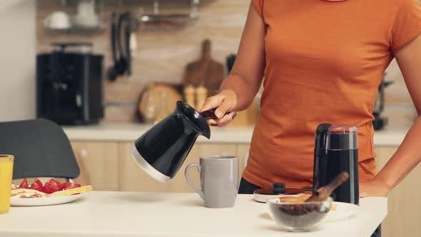 Heißer Kaffee gießen