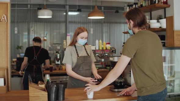 Barista Medical Gesichtsmaske im Coffeeshop Lockdown Quarantäne Coronavirus ist wieder normal