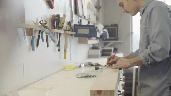 Thumbnail for Fachkundige Holzarbeiter Zeichenlinie auf Holzrohling mit quadratischem Lineal