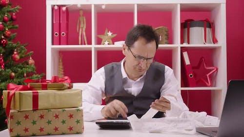 40s Unternehmens- Mitarbeiter zählt Weihnachtskosten, Hangmans Loop fällt in Rahmen